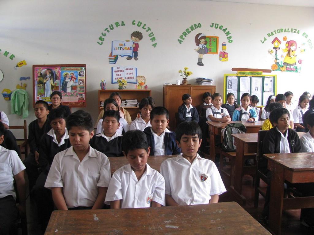 """La Meditazione trascendentale è praticata in 2000 scuole in America Latina grazie alla David Lynch Foundation. Qui una classe in Perù. Il programma si chiama """"A Consciousness-Based Education"""""""