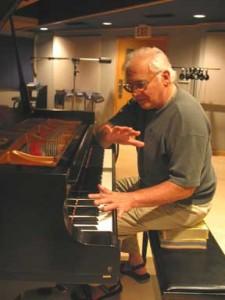 Foto di Paul Bley, mentre incide un a solo di piano nel 2006, fotografato da Carol Goss