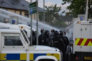 Ardoyne( Belfast) Poliziotti schierati durante gli scontri del 13 luglio 2016. Foto di Fabio Polese