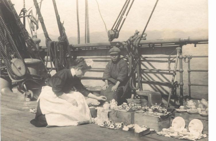 Una cameriera di bordo e un mercatino a bordo