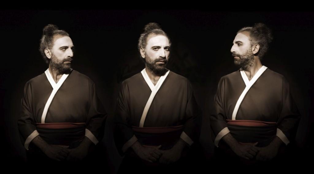 Stefano è un uomo straordinario. Pieno di ironia, disponibile, speciale oltre all' immenso talento che ha. Si è prestato pe rle mie fantasie collaborando con grande divertimento. Io lo vedo come un guerriero antico, che viene da lontano, dall'energia e dalla voglia di conquistare ancestrali. Siccome nel set avevamo solo abiti comuni o alcune stoffe da sistemare, abbiamo deciso di abbigliarlo come un antico samurai.