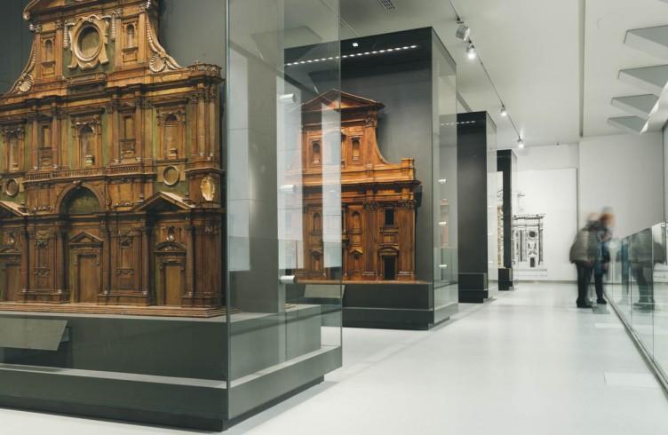 La galleria del secondo piano del Nuovo Museo dell'Opera del Duomo con i modelli cinque-secenteschi per la facciata.  Firmati da artisti come Bernardo Buontalenti, Giovan Antonio Dosio,  Gherardo Silvani