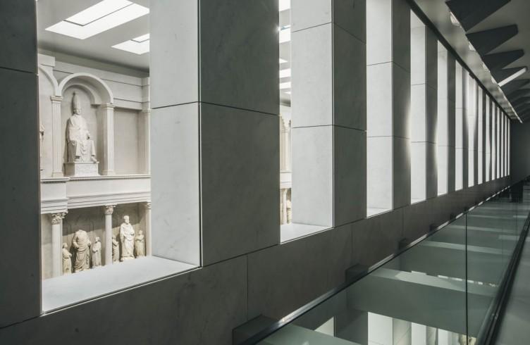 Uno scorcio del registro superiore della facciata dalla galleria antistante. SI vede la copia della statua di Bonifacio VIII, di Arnolfo di Cambio