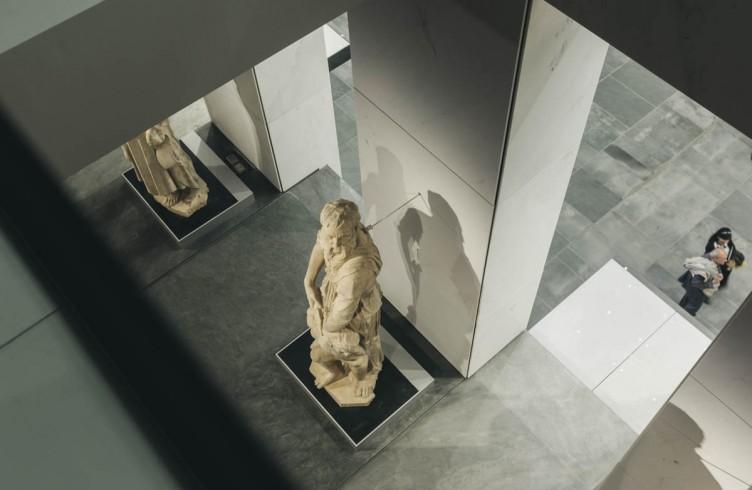 Uno scorcio dalle seconda galleria giù in basso fino alla Sala principale del Nuovo Museo dell'Opera del Duomo