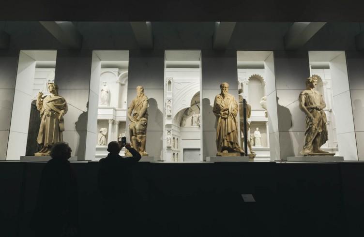 I profeti di Donatello nella Galleria al primo piano del Nuovo Museo dell'Opera del Duomo. Sullo sfondo la facciata arnolfiana