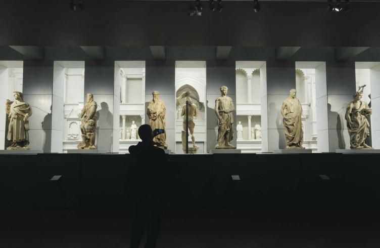 La galleria al primo piano del museo, con alcune delle 16 statue. Si riconosce Donatello. Al centro, mirabile, la vista del retro del Cristo di Andrea Sansovino, facente parte del gruppo marmoreo del Battesimo di Cristo, realizzato da Sansovino nel 1502 e posto sopra la Porta del Paradiso