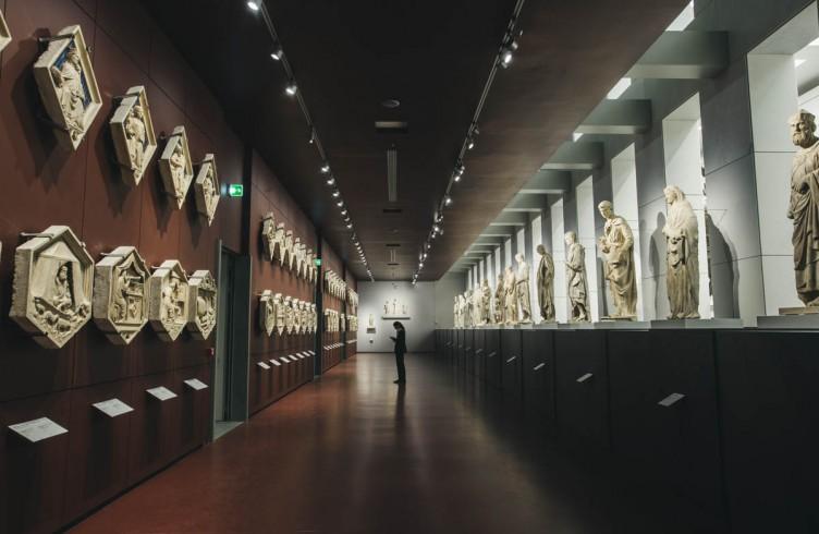 Nuovo Museo dell'Opera del Duomo, la Galleria del campanile di Giotto.  36 mt di lunghezza, 16 sculture a grandezza naturale, inclusi i profeti di Donatello. Di fronte, gli originali delle 54 formelle che ornano il campanile. Fra statua e statua le aperture che affacciano sulla sala principale, in un continuo gioco di rimandi visivi e prospettici.