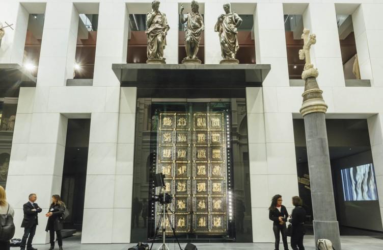 Lorenzo Ghiberti, La Porta Nord del Battistero. Sopra, il gruppo scultoreo di Giovan Francesco Rustici 'La predica del Battista' (Nuovo Museo dell'Opera del Duomo)