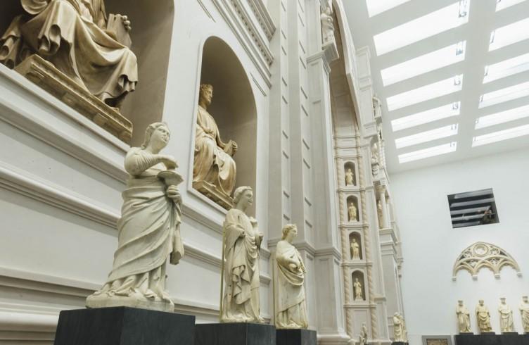 Particolare del modello 1:1 della facciata arnolfiana con le statue riposizionate nelle loro nicchie (Nuovo Museo dell'Opera del Duomo)