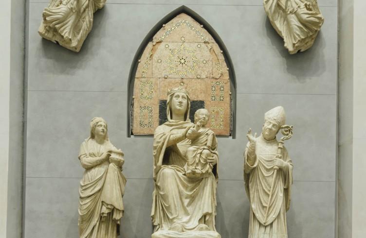 Arnolfo di Cambio, Madonna in trono e santi (Madonna dagli occhi di vetro, Nuovo Museo dell'Opera del Duomo). Nata per la lunetta del portale centrale nella facciata di Arnolfo
