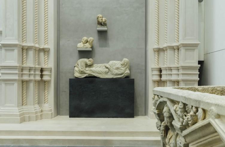 Arnolfo di Cambio, Dormitio Virginis (Nuovo Museo dell'Opera del Duomo). Posta in origine nella lunetta del portale destro. L'originale al Bode Museum a Berlino è stato fortemente danneggiato dai bombardamenti durante la seconda guerra mondiale
