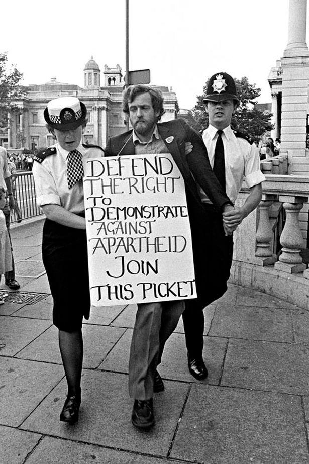 l'arresto di Corby durante una manifestazione antiapartheid negli anni 70. ( The Guardian)