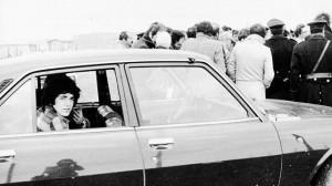 Pino Pelosi in un'auto della polizia, durante il sopralluogo sulla scena dell'omicidio Pasolini, archivio La Stampa