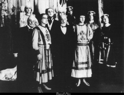 Luigi Pirandello al Teatro d'Arte con gli attori dell' Enrico IV. Accanto a lui, a destra, un giovane Gino Cervi. Roma, 1925