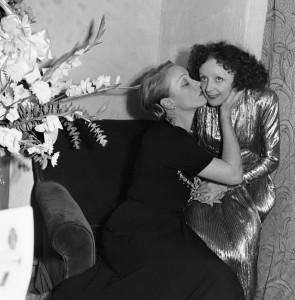 Marlene Dietrich si congratula con Piaf dopo il suo concerto alla PlayHouse di New York 1947 (AP Photo,M.Zimmermann)