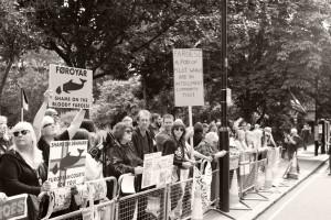 A Londra davanti all' ambasciata danese. foto G.Tapie