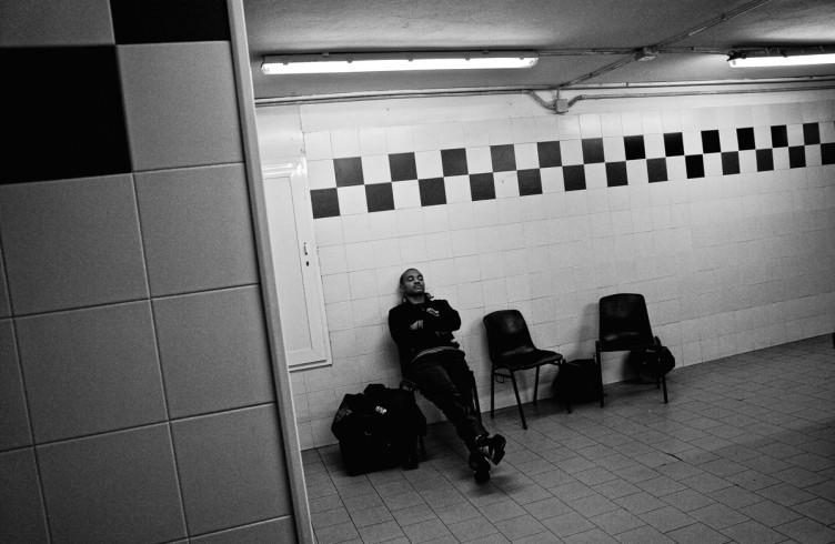 5. ITALIA. Firenze, 4 novembre 2011. Mandela Forum, la sera dell'incontro valevole per il titolo europeo dei pesi welter. Leonard Bundu all'interno degli spogliatoi cerca la giusta concentrazione per affrontare l'incontro.