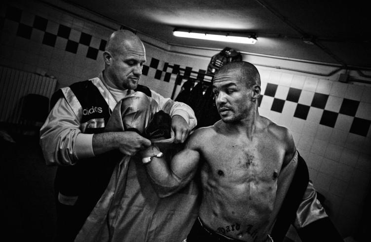 7. ITALIA. Firenze, 4 novembre 2011. Mandela Forum, la sera dell'incontro valevole per il titolo europeo dei pesi welter. Leonard Bundu indossa la vestaglia da ring.