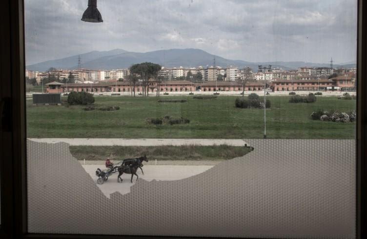 8 Le Mulina, due sulky in pista, visti dalle finestre della tribuna stampa