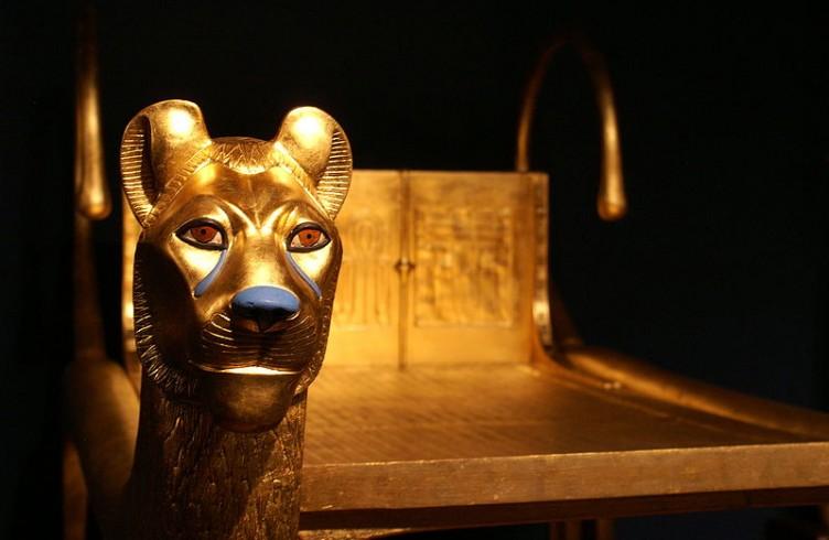 Letto rituale con testa di leone in oro, pasta vitrea e lapislazzuli. Museo del Cairo