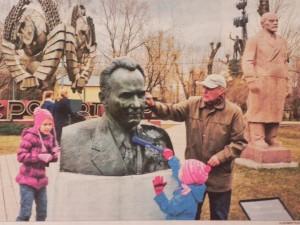 Moscoviti che puliscono le statue di leader dell'URSS (Vladimir Filonov/MT)