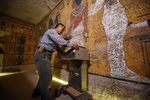 Hirokatsu Watanabe durante la scansione radar della tomba - foto Brando Quilicci/National Geographic