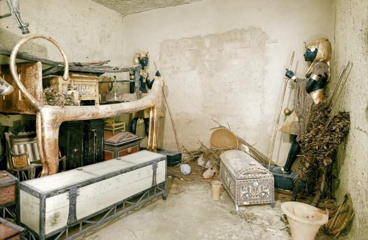 colorizzata dell'anticamera prima di abbattere la porta verso la camera sepolcrale - foto Harry Burton
