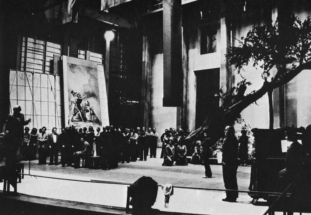 Una prova di scena di Norma al vecchio Comunale (foto di SIlvia Lelli, in Norma, come nasce uno spettacolo, Edizioni di Musica Viva, Milano 1979)