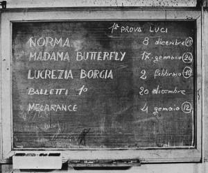 Lavagna calendario prove luci (foto di SIlvia Lelli, in Norma, come nasce uno spettacolo, Edizioni di Musica Viva, Milano 1979)