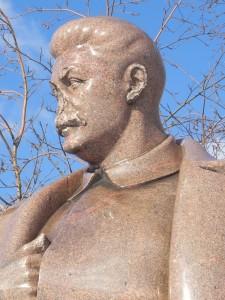 Statua di Stalin con il volto danneggiato