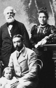 Cora insieme al nonno materno e al marito Detalmo Savorgnan di Brazzà, seduto con la loro bambina Idanna, nonna dell'autrice
