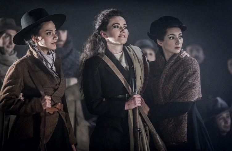 armen, Glyndebourne Festival 2015. Mercédès(Rihab Chaieb), Carmen(Stéphanie d'Oustrac) and Frasquita(Eliana Pretorian). Photographer: Robert Workman