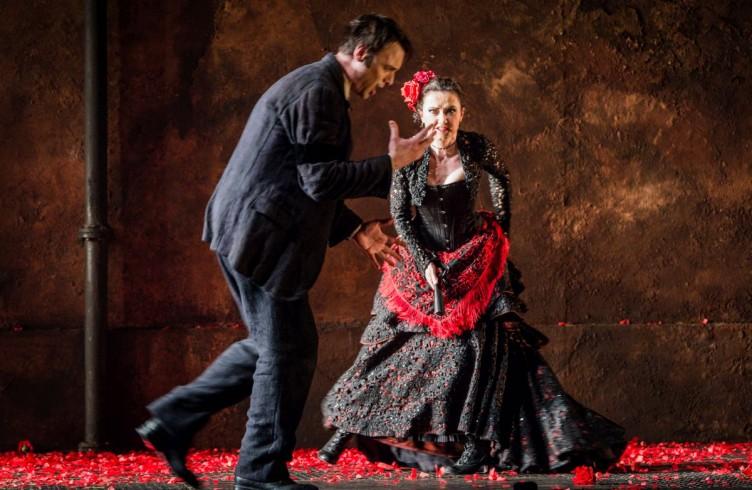 Carmen, Glyndebourne Festival 2015. Don José(Pavel Cernoch) and Carmen(Stéphanie d'Oustrac). Photographer: Robert Workman