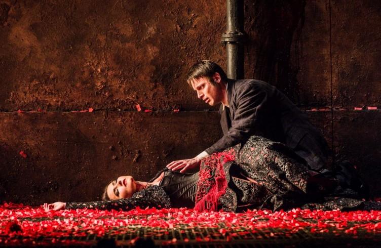 Carmen, Glyndebourne Festival 2015. Carmen(Stéphanie d'Oustrac) and Don José(Pavel Cernoch). Photographer: Robert Workman.