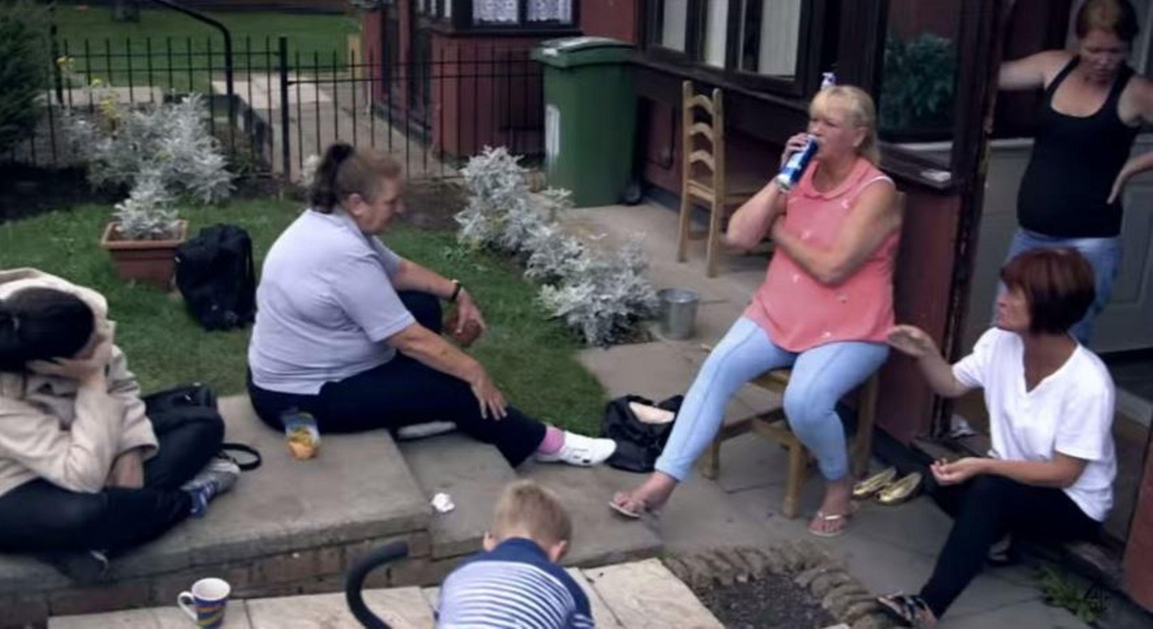 Donne disoccupate in una  strada di Birmingham