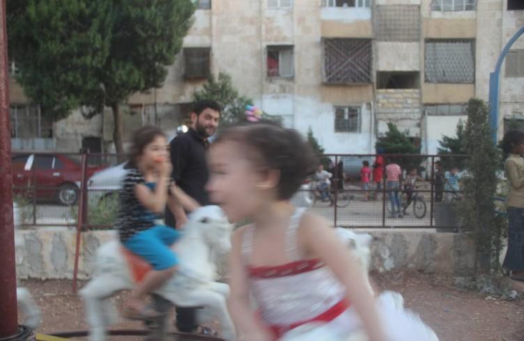 Bimbi di Aleppo giocano alle giostre del Gattile di Ernesto (foto di Mohammed Darweesh)
