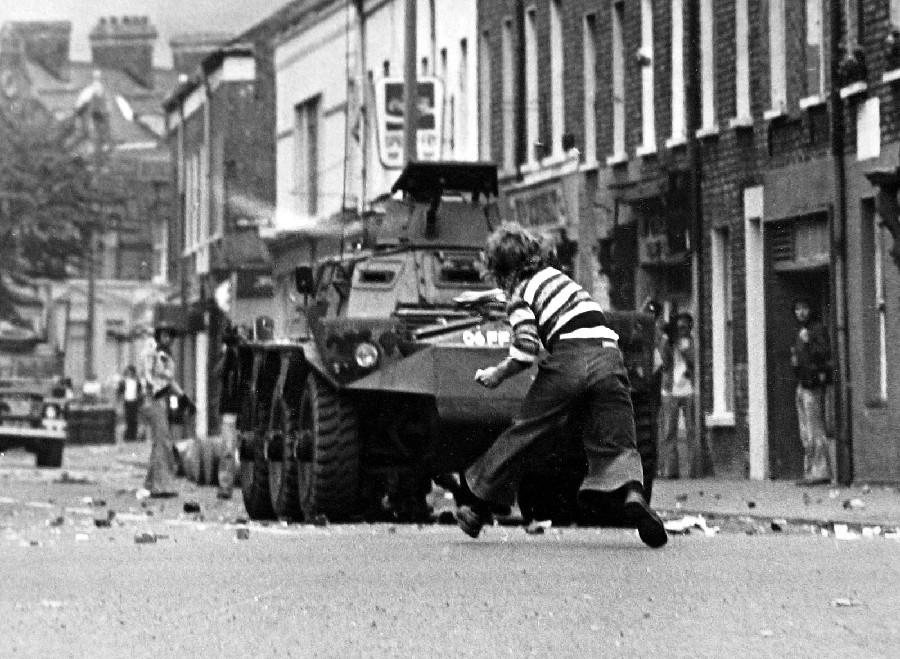 bammbino attacca  carrarmato inglese in una strada di Belfast negli anni 70. Foto F.Hoare
