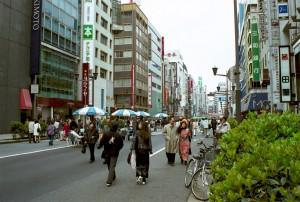 A passeggio per Ginza, quartiere dello shopping di lusso a Tokyo