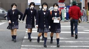 liceali giapponesi indossano mascherine